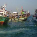 Sejumlah nelayan berebut sesaji kepala kerbau yang dilarung di tengah laut Jepara.