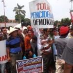 Para Demonstran di depan Setda kemarin.
