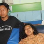 Umi hasanah di temani sang suami di ruang Mawar RSUD Kartini paska oprasi
