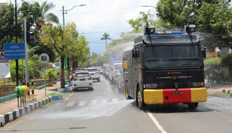 Jalan di Pusat Kota Jepara Disemprot Disinfektan