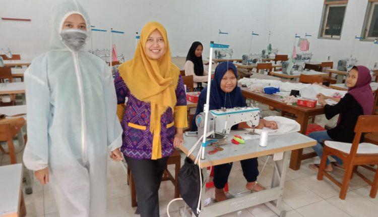 SMK di Jepara Turut Produksi 300 APD Jenis Pakaian