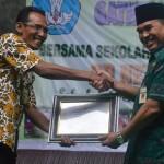 Bupati Jepara Ahmad Marzuqi memberi selamat kepada Kepala   SD N 4 Kaliaman Hadi Sutrisno setelah penerimaan penghargaan Adiwiyata   Nasional