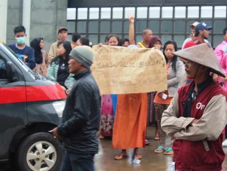 Ratusan Warga Pendosawalan Blokir Jalan Pabrik