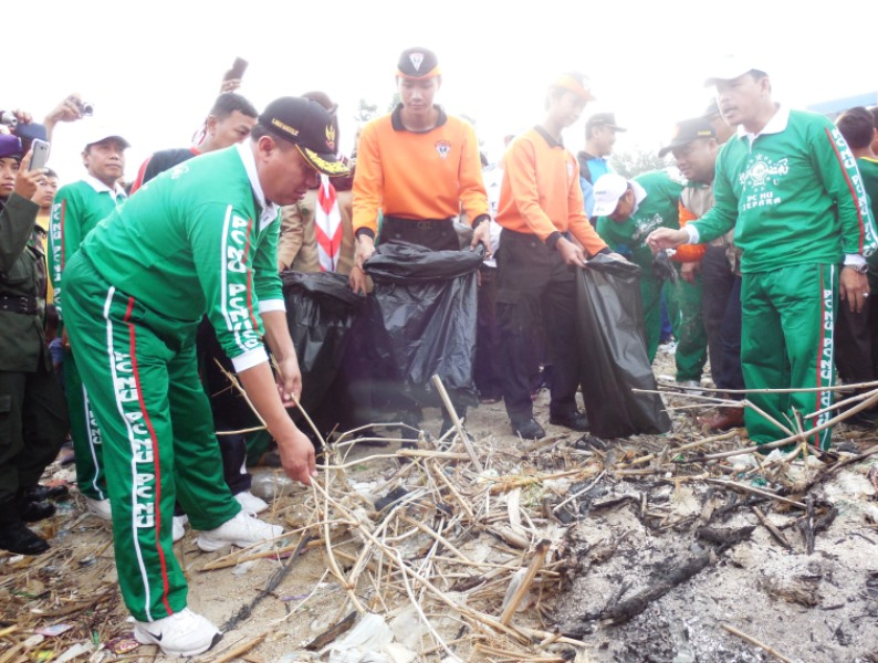 Tiga Ribu Kader NU Bersih Pantai Jepara