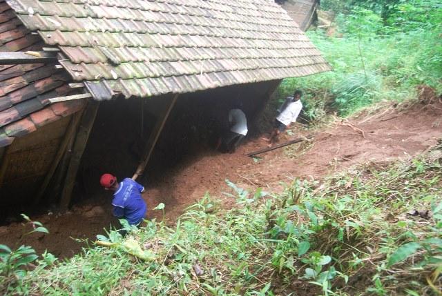 Tebing Longsor Timpa Rumah Warga di Desa Plajan