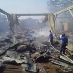 Petugas Memadamkan kobaran api di gudang mebel, Desa Teluk Wetan , Kecamatan Welahan Jepara Kemarin