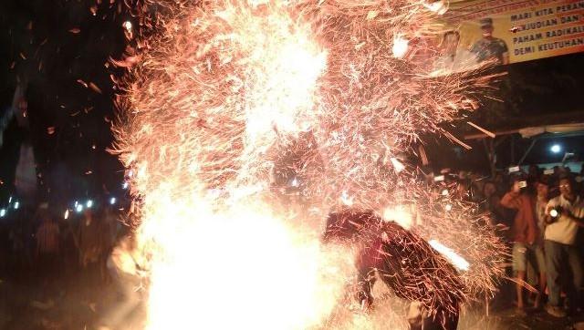 Perang Obor Tegalsambi Lebih Meriah, Tahun Ini Habiskan 350 Obor