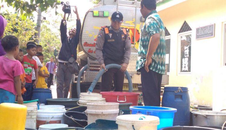 Polsek Pakis Aji Salurkan Bantuan Air Bersih Kepada Warga Desa Tanjung