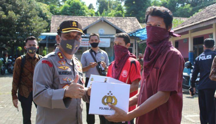 Jelang Idul Fitri Polres Jepara Bagi 410 Paket Sembako Untuk Guru Honorer dan Napi Asimilasi