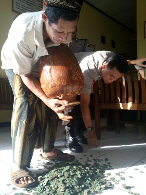 Warga Ngabul Temukan Guci Kuno Berisikan Uang Perak