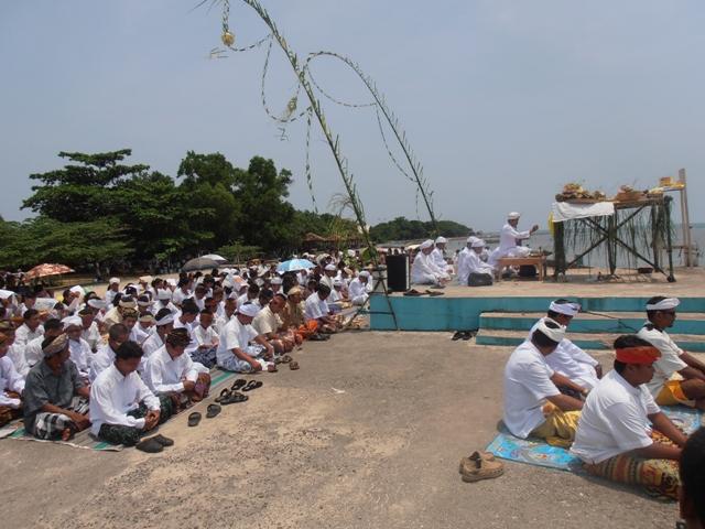 Umat Hindu  Jepara menggelar upacara melasti di Pantai Bandengan