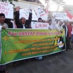Forum Santri Jepara (Forsara) Jumat (4/7) sore, mengelar aksi Demo di depan Kantor DPD PKS di Jl KH Moliki Jepara.