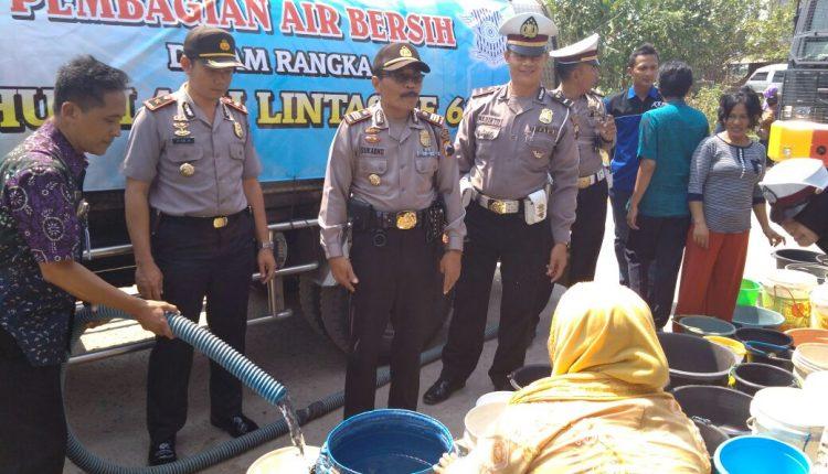 Kemarau Kering, Polres Jepara Droping Air Bersih di Kalianyar dan Kedungmalang