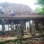 Petugas dari Satpol PP Jepara kamis pagi (15/1) merobohkan bangunan liar di kawasan pantai Teluk Awur