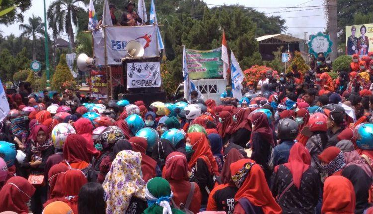 Demo Buruh di Jepara Meminta UMK Jepara 2018 Menjadi Rp 2,4 juta