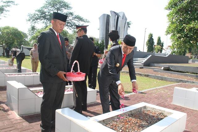 Peringati Hari Pahlawan, Kapolres dan Pejabat Pemkab Jepara Ziarah Ke Makam Pahlawan