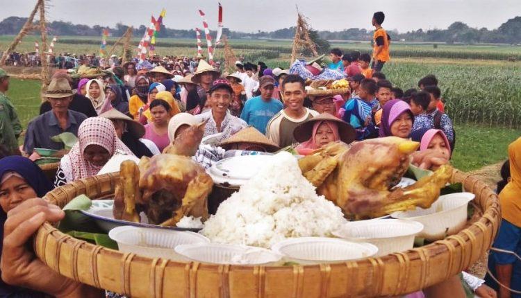 Meriahnya Kirab Seribu Ingkung Ayam di Desa Kendengsidialit Welahan