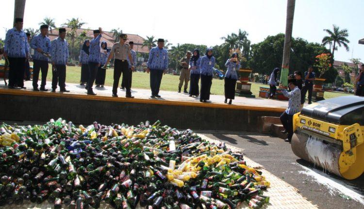 Sebanyak 2.963 Botol dan 96 Kaleng Miras Berbagai Merk Dimusnahkan Petugas