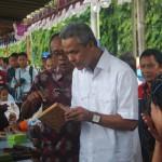 Gubernur Jawa Tengah Ganjar Pranowo SH  Melihat hasil ukiran wanita Jepara