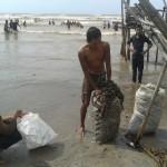 Ratusan warga mengambil karang yang terdapampar kemarin (10/12) di Desa Mororejo Jepara