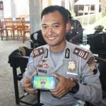 Kasat Lantas Polres Jepara menunjukkan aplikasi game simulator SIM